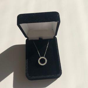 Jewelry - Beautiful circle pendant on delicate chain